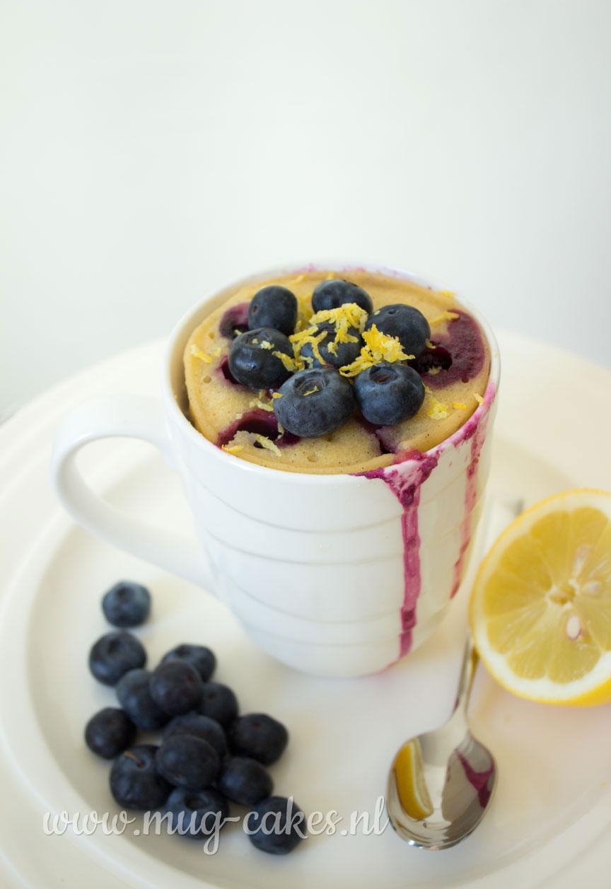 Vanille mug cake met bosbessen en citroen
