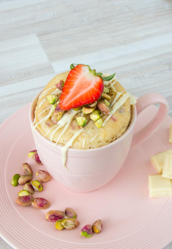 Witte chocolade mug cake met aardbeien en pistache